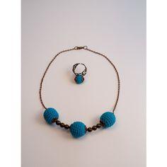 Nyaklánc és gyűrű szett. A fagolyóra horgolt gyönyörű kék színű pamut fonal, amely a nyaklánc bronz színével tökéletes harmóniában van. A horgolt fagolyók bronz színű dísszel lezártak, közöttük bronzos hatású gyöngyök találhatóak. Az egyedi ékszer különleges alkalmakra (esküvő, színház, ballagás stb.) remek választás. Az ékszerszett  a coachok, pedagógusok, üzletasszonyok, előadók számára kitűnő választás. A nyaklánc 45 cm. A gyűrű ugyanígy horgolással készült, állítható gyűrűalapra…