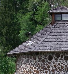 Cordwood looks textured and cozy like a log cabin. Reject firewood and other scraps of wood are cut into short pieces, stacked and infilled with concrete. The result is a highly insulated and durable home that is also very low maintenance. Natural Building, Green Building, Building A House, Cordwood Homes, Beton Diy, Earthship, Outdoor Survival, Wood Construction, House In The Woods