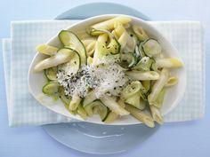 Cremige Zucchininudeln - mit Parmesankäse - smarter - Kalorien: 556 Kcal - Zeit: 30 Min. | eatsmarter.de Zucchini und Parmesan ergänzen die Penne perfekt.
