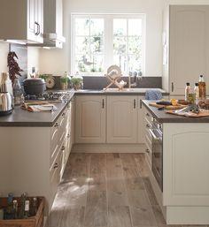 Se sentir en vacances tous les jours, c'est possible jusque dans la cuisine ! Avec un îlot central et de grandes fenêtres, créez un espace accueillant parfait pour se rassembler. #leroymerlin #interiorinspiration #kitchen #madecoamoi #homedesign