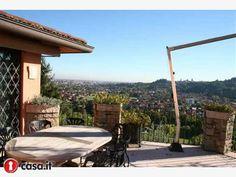 PONTERANICA Prestigiosa villa progettata da architetto di fama situata in posizione straordinariamente panoramica dotata di una veduta mozzafiato che spazia dal borgo di Citta' Alta alla pianura padana