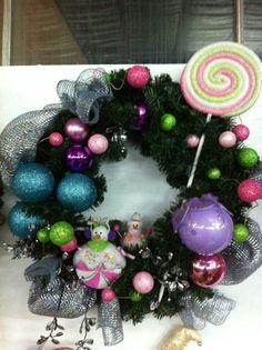 Couronne bonbon Ornament Wreath, Christmas Bulbs, Wreaths, Holiday Decor, Home Decor, Firs, Candy, Christmas Light Bulbs, Homemade Home Decor