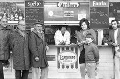 Hier treffen sich die Kiezbewohner:  Imbiss nahe dem Schlesischen Tor, Kreuzberg, 1974.