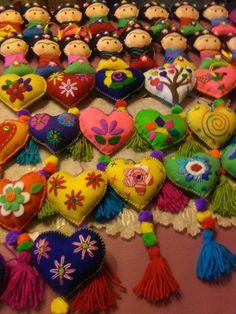 Corazones de fieltro bordados a mano y Friditas. Mexican Birthday, Mexican Party, Mexican Christmas Decorations, Christmas Crafts, Diy And Crafts, Arts And Crafts, Embroidery Monogram, Felt Hearts, Xmas Ornaments