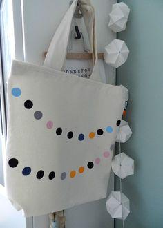 Stoffen boodschappentas met gekleurde stippen patroon. handig en prettig voor het milieu.