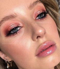 Mineral makeup is the latest thing and it's based on the oldest things. As a natural makeup, these mineral-containing makeups are being touted as something that can actually assist your skin. Rosy Makeup, Glam Makeup, Makeup Inspo, Makeup Art, Makeup Inspiration, Makeup Tips, Beauty Makeup, Hair Makeup, Makeup Ideas