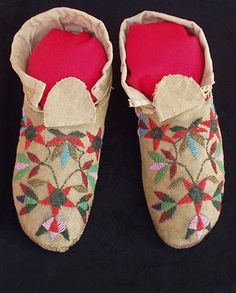 embroidered shoes (sorry the print is too small for me to read the details) Native American Crafts, Native American Indians, Beaded Moccasins, Wool Felt, Felted Wool, Hippie Boho, Bohemian Style, Beadwork, Beading
