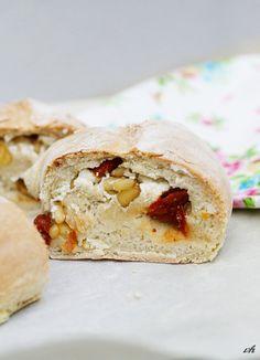 Mhhhontags-Rezept: ein italienisches Kranzbrot namens Tortano – gefüllt mit Picandou, gerösteten Pininenkernen, Honig und in Öl eingelegte getrocknete Tomaten | Ohhh… Mhhh…