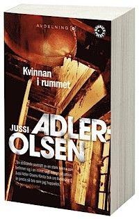 Kvinnan i rummet av Jussi Adler-Olsen   Den unga och lovande politikern Merete Lynggaard försvinner spårlöst en vårdag 2002. Medierna kastar sig över fallet och börjar spekulera om allt ifrån självmord och mord till kidnappning och frivilligt försvinnande. Polisen inleder snart en stor utredning lyckas inte hitta de skyldiga.    #recension #bok #böcker #bokrecension #deckare