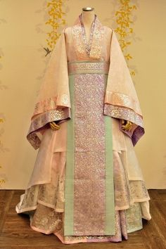 Korean Traditional Dress, Traditional Fashion, Traditional Dresses, Korean Hanbok, Korean Dress, Japanese Outfits, Korean Outfits, Dynasty Clothing, Queen Costume
