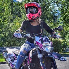 Alors la team ? Kiffez ma nouvelle vidéo dhier ? Vous avez aimé mon tatouage ?  ( liens de la vidéo dans ma bio ! Foncez ! ) #paulianef #moto #motorcycle #ktm #exc #supermoto #bikergirl #lifestyle #influencer #fitgirl #fitnessgirl #icasque Motocross Couple, Motocross Girls, Dirt Bike Couple, Lady Biker, Biker Girl, Motorcross Bike, Bmx, Bros 160, Dirt Bike Gear