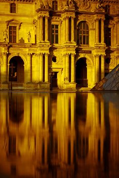 Musée du Louvre, Paris by Michael How.
