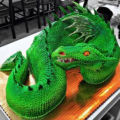 10 Awesome Dragon Cakes Photo - Cool Dragon Cake Design, Dragon Cake and Dragon Cake Designs Crazy Cakes, Fancy Cakes, Cute Cakes, Yummy Cakes, Pink Cakes, Cake Wrecks, Unique Cakes, Creative Cakes, Creative Food
