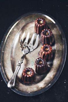 Каннеле (Cannelé) легко приготовить дома ;-) ингредиенты: 500 мл молока 1/2 стручка ванили (ванильный сахар) 6 желтков 100-125 гр муки 200-250 гр сахара щепотка соли 50 гр масла +30 гр на промасливание форм. 30-50 гр коричневого рома