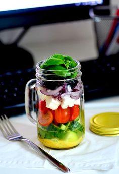 Sałatka grecka do słoika do pracy Feta, Salad In A Jar, Tzatziki, Kraut, I Foods, Mason Jars, Lunch Box, Veggies, Tableware