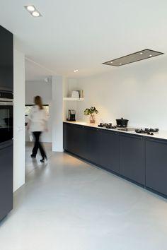 Zwarte keuken met gietvloer in betonlook   Groen & Schild wonen