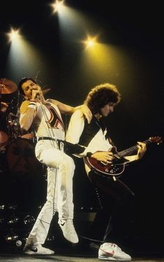 Freddie and Brian really rocking it out together. I can hear them just looking at this photo. Do I ever wish I'd been there...
