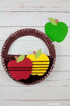 Paper plate apple basket craft for preschoolers, kindergartners and older kids to try this fall or autumn #applecraft #paperplateapple #applebasketcraft #fallcraftforkids