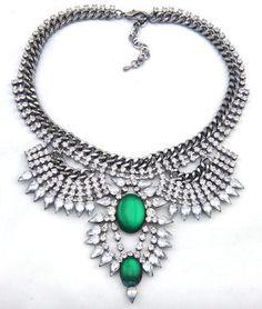 Maxi colar prateado com cristais brancos e verdes