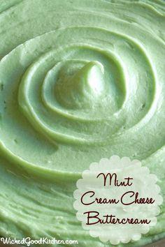 Mint queso crema de mantequilla por WickedGoodKitchen.com ~ sabor fresco de la menta, ligera y esponjosa crema de mantequilla de queso crema que las tuberías de diseño.  El color verde natural.  Su sabor es como rica menta Tarta de queso y la textura es como la crema batida!  # # Pastel de postre # relleno # # glaseado receta