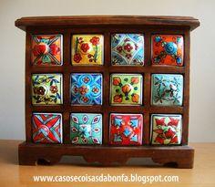 Casos e Coisas da Bonfa: Mini-móveis de madeira com gavetinhas de porcelana pintadas a mão: descobri onde encontrá-los no Brasil!