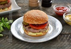 Burger de vita facut in casa (CC Eng Sub) Romanian Food, Romanian Recipes, Cheddar, Hot Dogs, Hamburger, Chicken, Ethnic Recipes, Youtube, Box Lunches