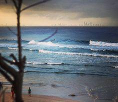 Altas ondas rolaram durante o Roxy Pro em Snapper Rocks hoje.  Amanhã promete! #shotspot #shotspotbrasil #australia #snapperrocks #goldcoast #surfing #waves #pointbreak #coolangatta #instawaves #instasurf #surf #ondas @dcominski by shotspotbrasil