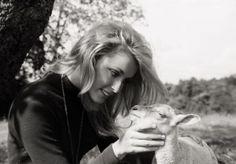 0 Sharon Tate feeding a lamb 2