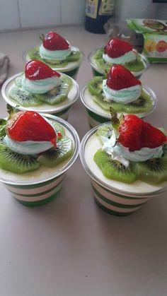 Gelatina de limon con leche Mini Dessert Cups, Dessert In A Jar, Mini Desserts, Jello Dessert Recipes, Gelatin Recipes, Delicious Desserts, Dessert Shooters, Brownie, Pastry Recipes
