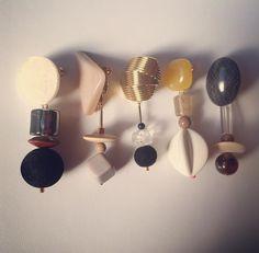 バランス、質感、色合いがすべていい。 . . #hha_haaccessory #handmadejewelry #vintagebuttons #vintage #acrylbeads #earring #pierce #onlyone #love #instagood 近々お取り扱いのスタートするブランドさんの。 詳細は後日お伝え致します。