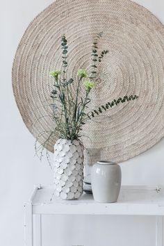 Naturtöne und weiß passen perfekt zum Sommer und finden auch gut Platz im Wohnzimmer / Tine K Home Teppich