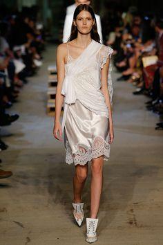La robe nuisette blanche du défilé Givenchy printemps-été 2016