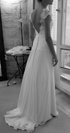 robe de mariée sur mesure, dos nu en dentelle de Calais et jupe souple en mousseline gilleszimmer