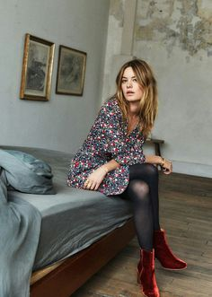 Camille Rowe dress with print red velvet boots red velvet boots Red Skirt Outfits, Red Shoes Outfit, Mode Outfits, Fashion Outfits, Outfit Work, Dress Fashion, Airport Outfits, Dress Red, Fashion Boots