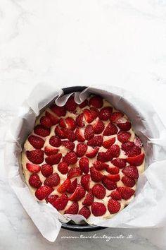 Aggiungere le fragole sulla superficie della torta - Ricetta Torta Ricotta e Fragole