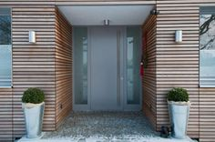 Fassade-Haus -Dach woman sitting in mini skirts - Woman Skirts Wood Entry Doors, Front Door Entrance, Entrance Ways, Entrance Design, House Entrance, Interior Exterior, Exterior Doors, Exterior Design, Modern Porch