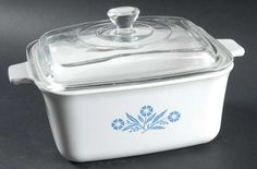 Corning - Corning Cornflower-Blue Quart Rectangular Casserole with Lid - Centura,Blue Floral On White,Coupe Shape Master Bedroom Closet, Antique Glass, Country Kitchen, Casserole Dishes, Vintage Kitchen, Kitchenware, Dinnerware, Helpful Hints, Vintage Items