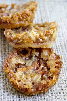 Apple cookies - Apple Crisp Cookies with a pie crust bottom, sweetened spiced apples and a brown sugar and oat crust All the fun of crisps and pies with just enough filling to make you feel like you're being healthy Apple Recipes, Sweet Recipes, Baking Recipes, Apple Dessert Recipes, Apple Cookies, Yummy Cookies, Healthy Cookies, Brownie Cookies, Bar Cookies