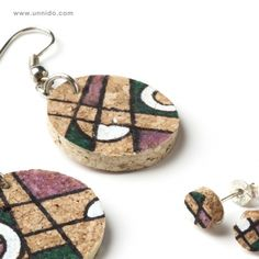Juego de #bisutería pintada a mano sobre #corcho. Pieza elaborada de forma… Diy Earrings, Earrings Handmade, Cork Ornaments, Bottle Jewelry, Broken China Jewelry, Cork Art, Wine Cork Crafts, Recycled Jewelry, Wine Charms