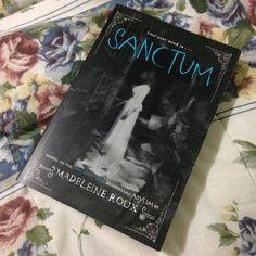 Sanctum, volume dois da série Asylum, da Madeleine Roux, em inglês. Adoro essa capa meio terror dele, o contraste do preto e branco com esse azul claro no título me dá arrepios, haha! Super recomendo pra quem gosta de terror :)