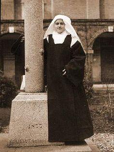 Sainte Thérèse de Lisieux novice - Sanctuaire de Lisieux  « il s'éleva dans mon âme une tempête comme jamais je n'en avais vue. Pas un seul doute sur ma vocation ne m'était encore venu à la pensée, il fallut que je connaisse cette épreuve… Ma vocation m'apparut comme un rêve, une chimère, je trouvais la vie du carmel bien belle, mais le démon m'inspirait l'assurance qu'elle n'était pas faite pour moi, que je trompais les supérieures en avançant dans une voie où je n'étais pas appelée«