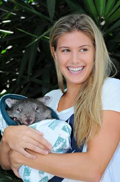 Regardless of whether she wins or loses the Wimbledon women's final today, rising tennis star Eugenie Bouchard is already poised to go global in sponsorships in a way that may elude other Canadian athletes. Canadian Tennis Player, Tennis Players Female, Eugene Bouchard, Baby Wombat, Professional Tennis Players, Human Poses Reference, Veronica Lake, Tennis Stars, Holding Baby