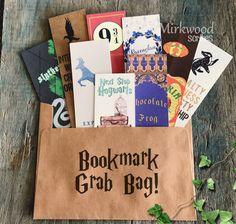 Kaufen Sie dieses Angebot für NEUN (9!) zufällige gedruckten Harry Potter Themen Lesezeichen. Diese können sein, Harry Potter, Hogwarts, Hogwarts Häuser, Charakter, Assistent Charms, Kürbis Saft, Orte, ALLES aus der Welt von Harry Potter, die ein Lesezeichen in meinem Shop.  Diese können als Geschenke für Ihre liebsten Potter-Fan verschickt werden! Lass es mich wissen im Abschnitt Hinweis für Verkäufer, wenn Sie möchten, dass es irgendwo anders als die Adresse in Ihrem Profil ausgeliefert…