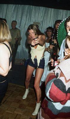 So feiert die Moss! Immer für einen Spaß zu haben: Kate Moss mit Spielzeugpistole beim 50. Geburtstag von Ronnie Wood