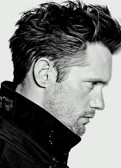Alexander Skarsgard- who ever did his hair for this photo needs to be his personal hair stylist because this is the best this guys hair has EVER looked. >This might be a good hairstyle my hubby can try! Mens Modern Hairstyles, Boy Hairstyles, Celebrity Hairstyles, Japanese Hairstyles, Korean Hairstyles, Hair And Beard Styles, Hair Styles, Eric Northman, Look Man