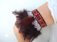 Cubre sandalias Ibiza. Encaje de bolillos y plumas de colores utilizado como brazalete.