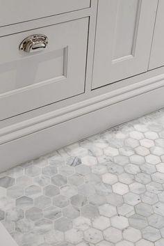 Hexagoner i carraramarmor från Fired Earth Marble Bathroom Floor, Attic Bathroom, Family Bathroom, White Bathroom, Bathroom Flooring, Bathroom Interior, Small Bathroom, Master Bathroom, Downstairs Bathroom
