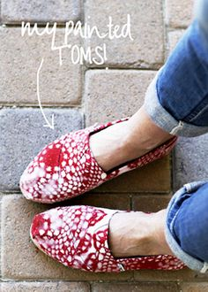 If your TOMS are looking a little dingy spruce them up with a little spray paint! All you need is a pair of Toms , a few doilies, spray pai. Hand Painted Toms, Painted Shoes, Fashion Now, Fashion Shoes, Unique Fashion, Runway Fashion, Fashion Ideas, Fashion Trends, Diy Spray Paint