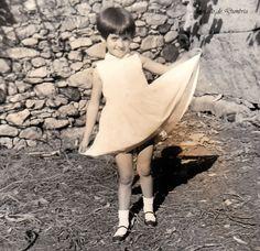 Nena con vestido branco. Cedida por Ezaro.com