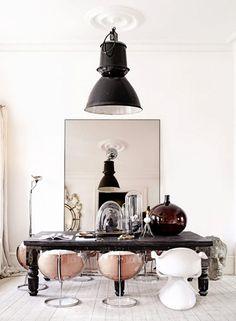 Photos by Sara Svenningrud, via KK Living. Eclectic home of interior stylist Marie Olsson Nylander. Wabi Sabi, Decoracion Vintage Chic, Sweet Home, Turbulence Deco, Interior Stylist, Deco Design, Decor Room, Wall Decor, Dining Room Design
